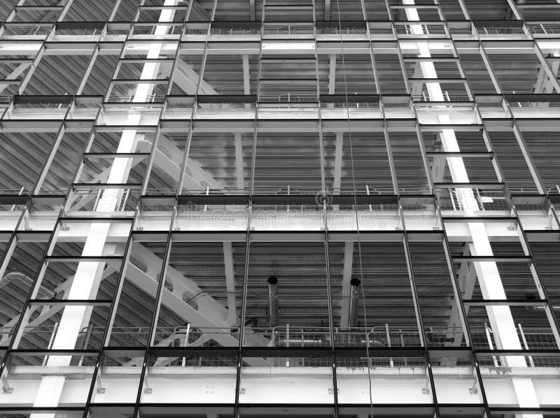 Konstruktionsplats av modern kontorsutveckling med metallramar arkivbilder