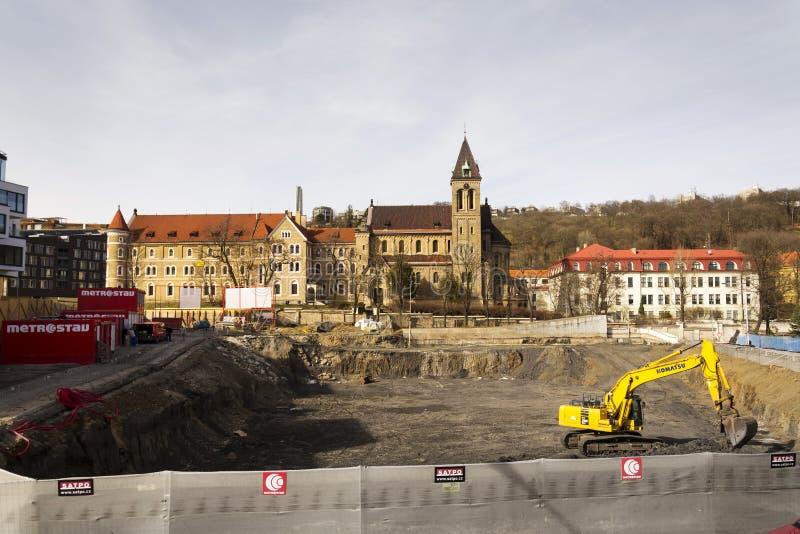 Konstruktionsplats framme av kloster och den Annunciantion kyrkan av St Gabriel på mars 3, 2017 i Prague, Tjeckien royaltyfri bild