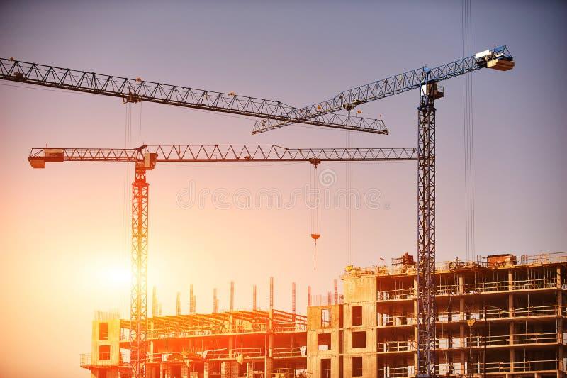 Konstruktionsplats med kranar på himmelbakgrund solig dag arkivfoton