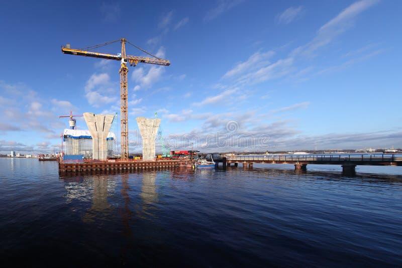 Konstruktionsplats på plattformen som omges av vatten, byggande Cabl arkivbilder