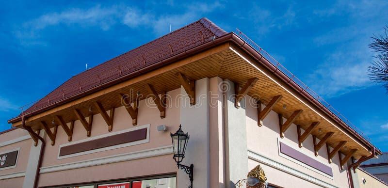 Konstruktionsplats som taklägger röda tegelplattor royaltyfri bild