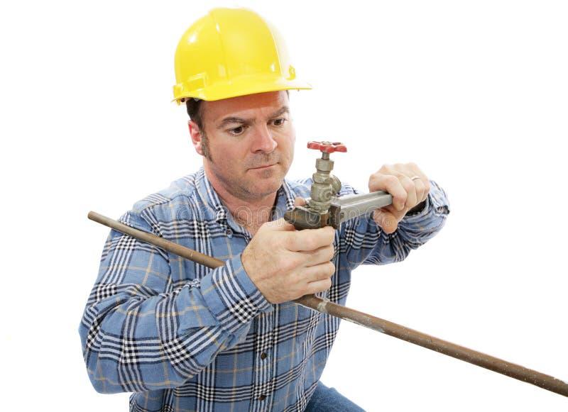 konstruktionsrörmokareworking arkivbild