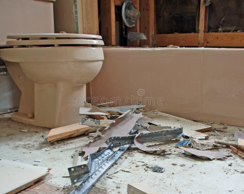 Konstruktionsskräp runt om en toalett arkivbild