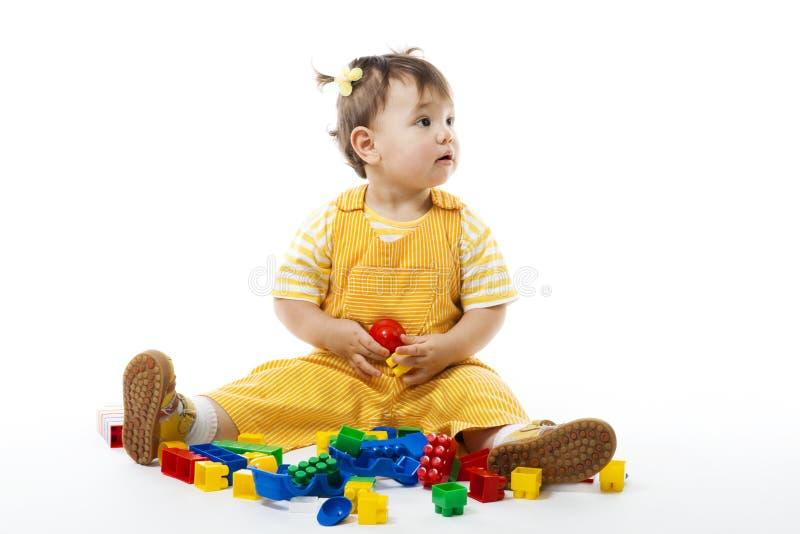 konstruktionsspelrumseten sitter litet barn royaltyfri foto