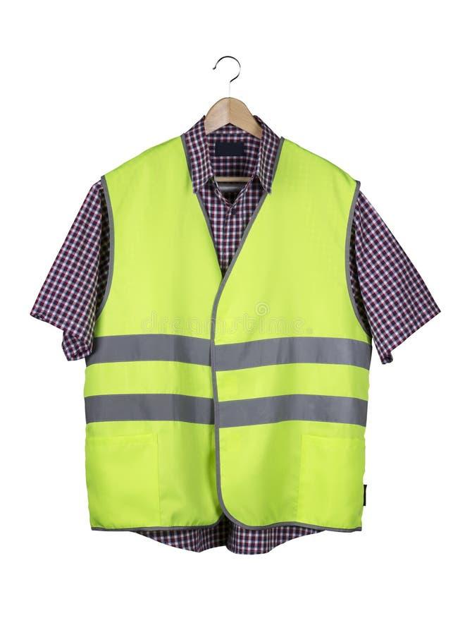Konstruktionsväst och skjorta på en trähängare royaltyfria foton