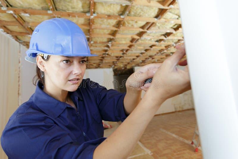 Konstruktor kobiecy pracujący przy użyciu śrubokrętu zdjęcie stock