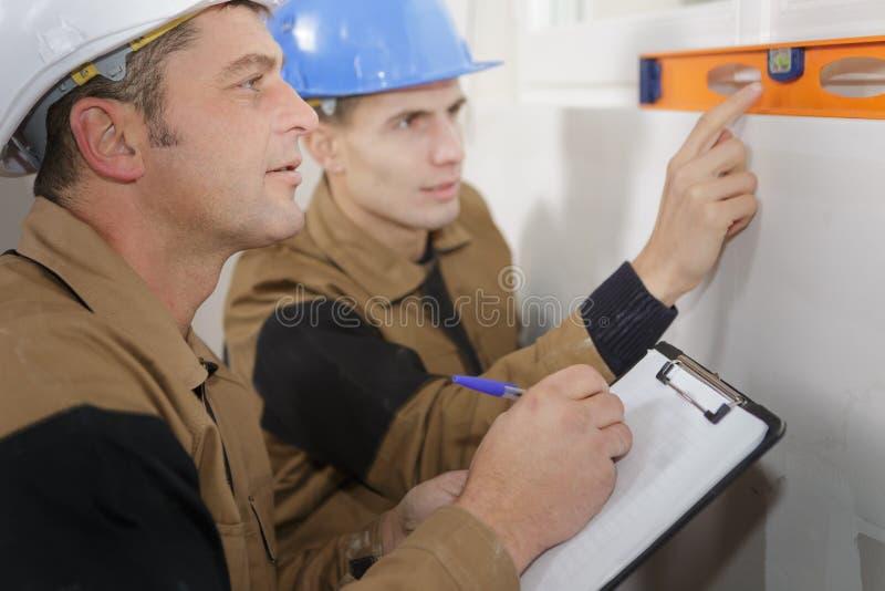 Konstruktor pokazuje pomocniczą pomiarową ścianę indoors obrazy stock