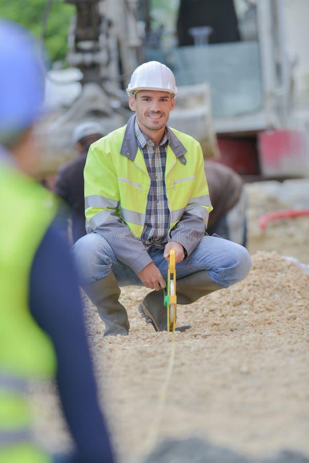 Konstruktor wyposażony w sprzęt tranzytowy na placu budowy na zewnątrz obraz stock