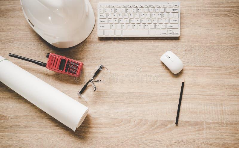 Konstruować narzędzia na praca stole dla projekta budowlanego Z hełmem, radiem i projektami białymi, Zbawcza kontrola fotografia stock