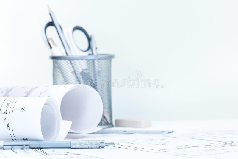 Konstruować projekta plan z projekt rolkami na architekta biurku fotografia stock