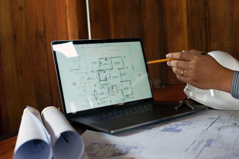 Konstruuj?cy, konsultuj?cy, projekcie, budowa, z kolegami, planu projektem, szczeg??ami, przemys?owym rysunkiem i wiele rysunkowy fotografia stock
