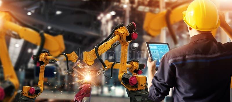 Konstruuje czeka i kontroluje spawalniczych robotyka automatyczne ręki maszynowe w inteligentny fabryczny automobilowy przemysłow