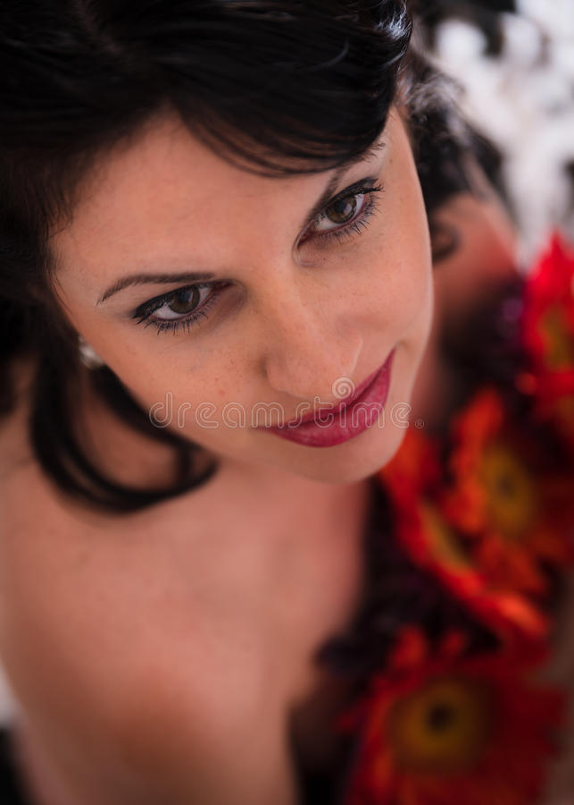 Konststående av den härliga kvinnan med blommor royaltyfri foto