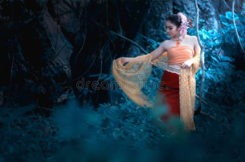 Konststående av den thai kvinnan som bär thailändskt spela för klänning som är thai royaltyfria foton