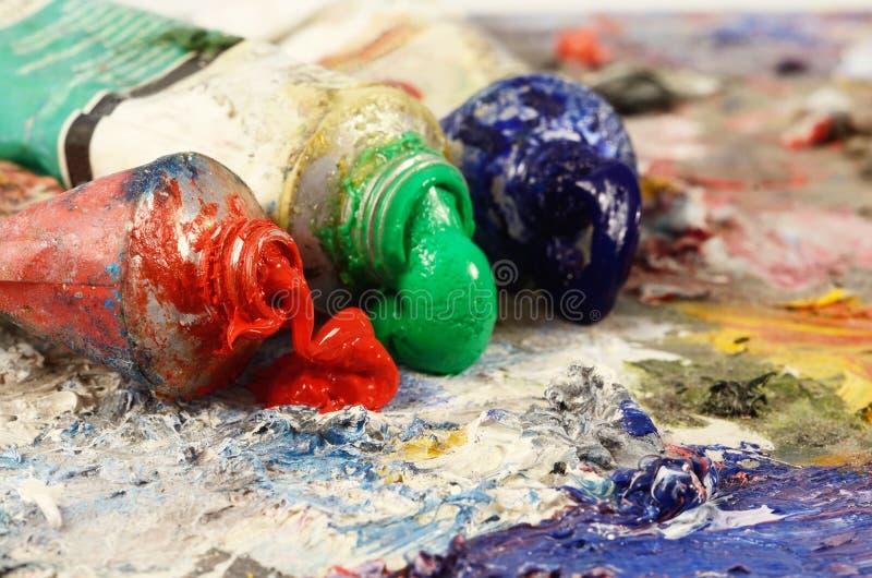 Konststilleben - closeup av tre rör för olje- målarfärg royaltyfria bilder