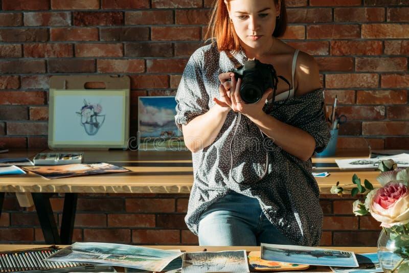 Konstverk för foto för målare för kvinna för konstnärbloggerteckning arkivfoto