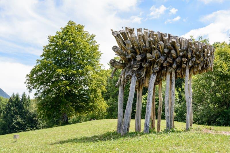 Konstverk i Arte Sella Park, Dolomiti, Italien arkivbild