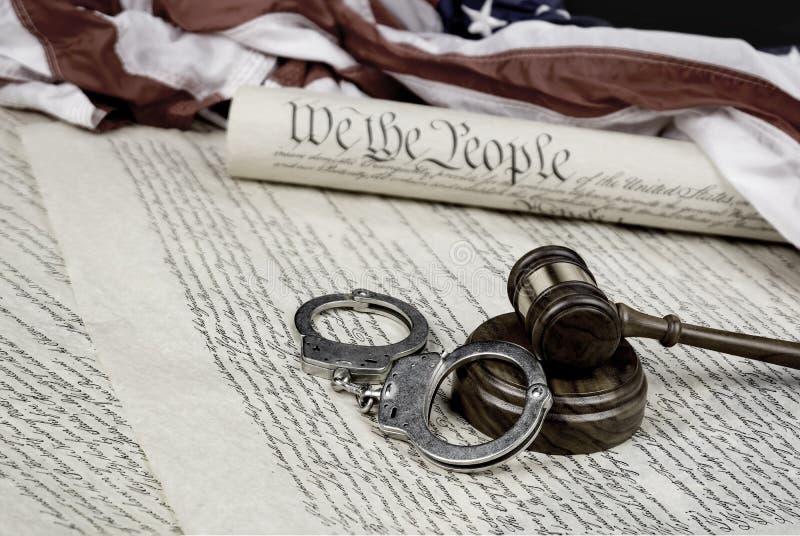 Konstytucja, młoteczek i kajdanki, zdjęcie royalty free