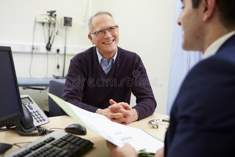 Konsulent Discussing Test Results med patienten royaltyfria bilder
