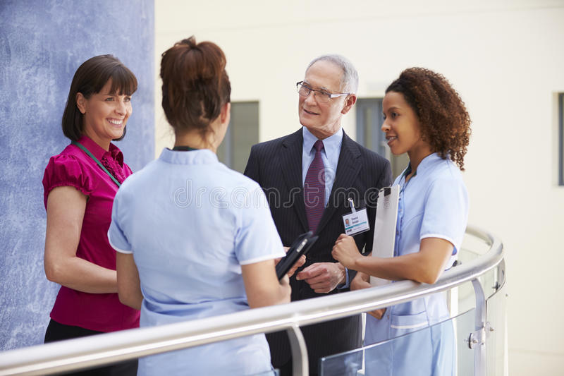 Konsulenter som möter sjuksköterskor som använder den Digital minnestavlan royaltyfri fotografi