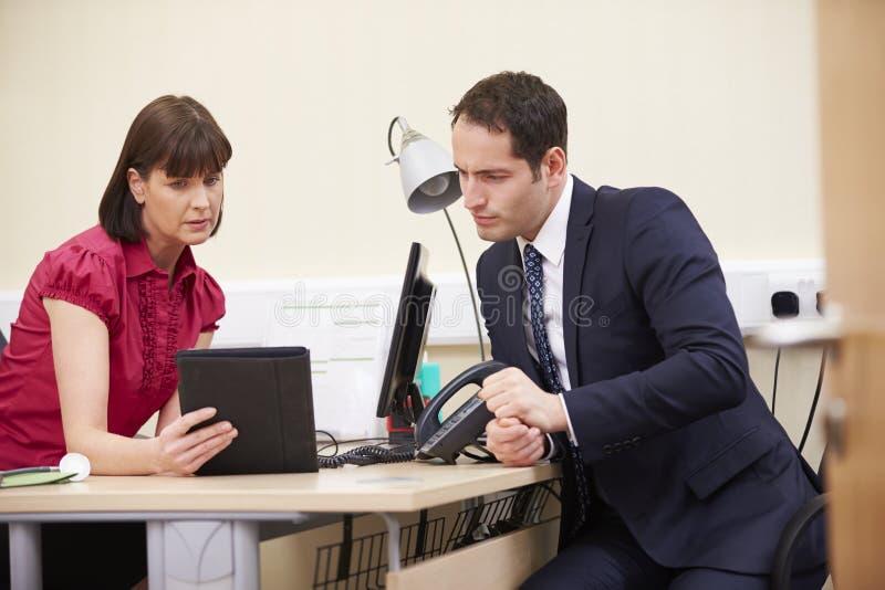 KonsulentShowing Patient Test resultat på den Digital minnestavlan royaltyfri foto