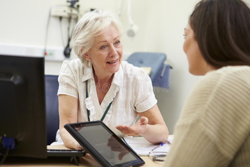 KonsulentShowing Patient Test resultat på den Digital minnestavlan arkivfoton