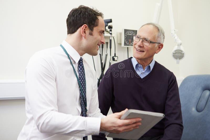 KonsulentShowing Patient Test resultat på den Digital minnestavlan arkivbilder