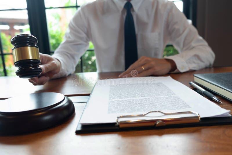 Konsultacja prawnicy w robić biznesowym lub sądzą skrzynkom według sprawiedliwości zdjęcie stock