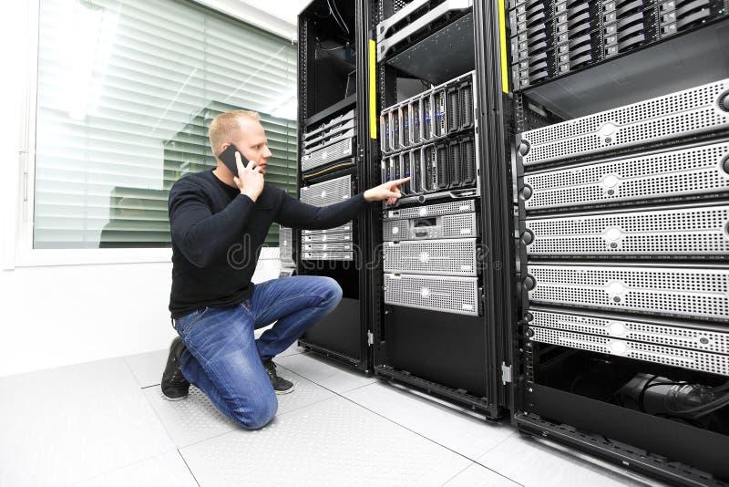 IT konsultant dzwoni poparcie w datacenter zdjęcia stock