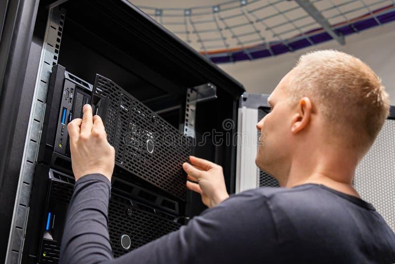 IT konsultant Pracuje Z serwerami W Wielkim przedsięwzięciu Datacenter zdjęcia stock
