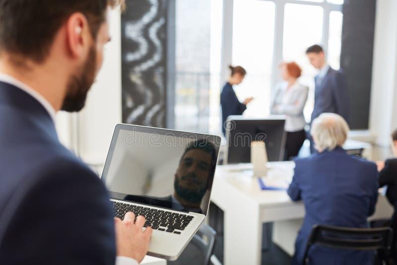 Konsultant trzyma notatnika w spotkaniu obraz stock
