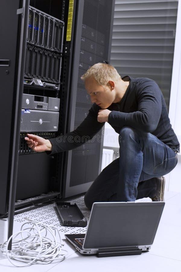 IT konsultant Utrzymuje serwerów w Datacenter obraz stock