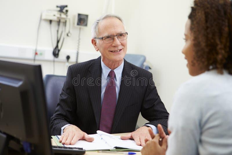 Konsultanta spotkanie Z pacjentem W biurze zdjęcie stock