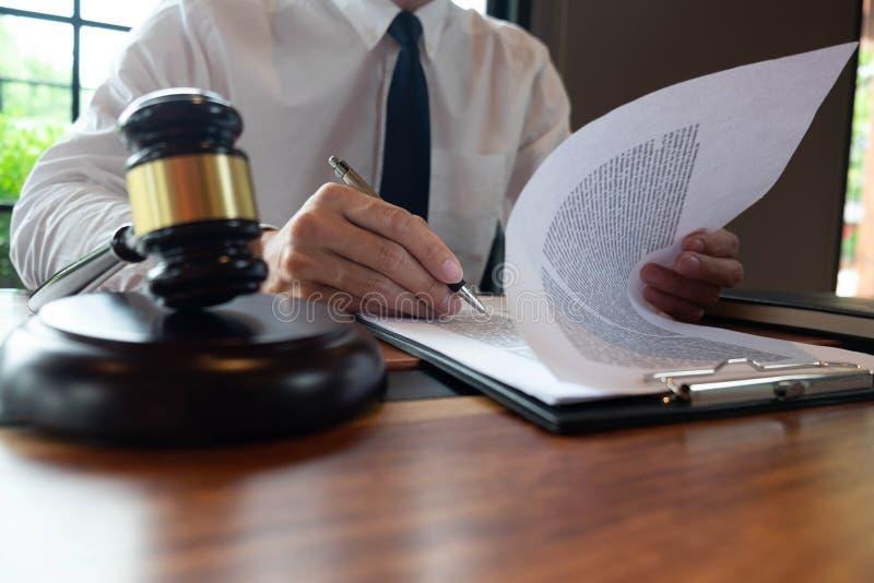 Konsultation av advokater, i att göra affär eller att bedöma fall enligt rättvisa royaltyfria foton