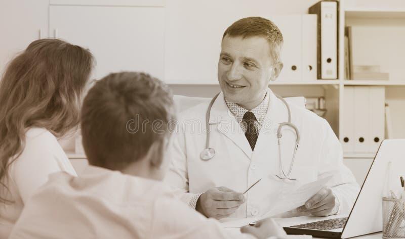 Konsultation med doktorn fotografering för bildbyråer