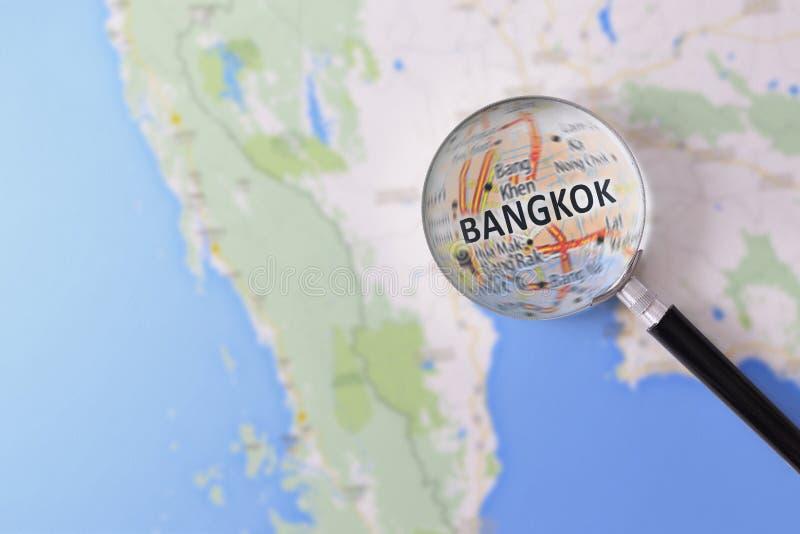 Konsultation med förstoringsglasöversikten av Bangkok arkivbilder