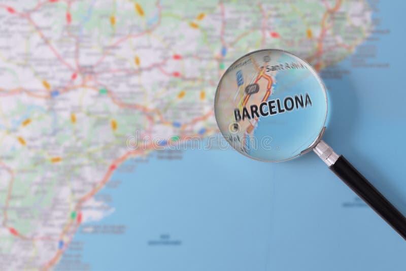 Konsultation med förstoringsglasöversikten av Barcelona royaltyfri fotografi