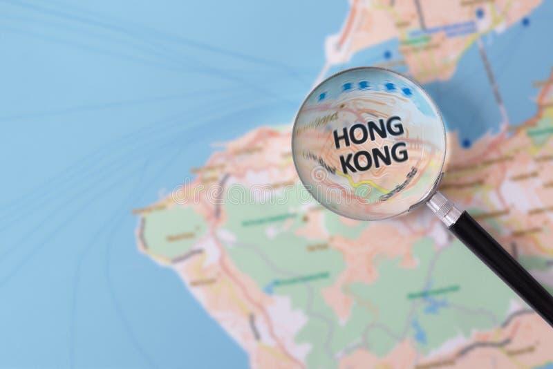 Konsultation med förstoringsglasöversikten av Hong Kong royaltyfri fotografi