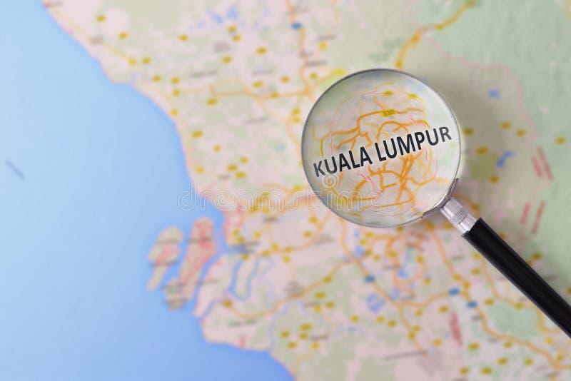 Konsultation med förstoringsglasöversikten av Kuala Lumpur royaltyfri bild