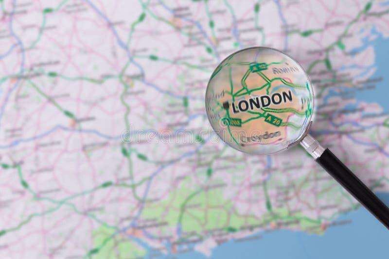 Konsultation med förstoringsglasöversikten av London fotografering för bildbyråer