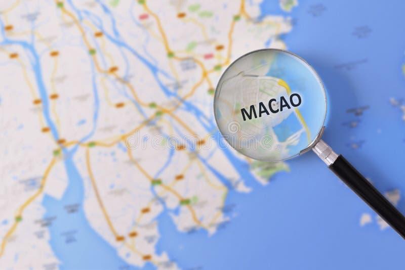 Konsultation med förstoringsglasöversikten av Macao arkivbilder