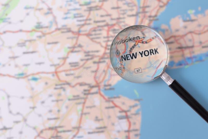 Konsultation med förstoringsglasöversikten av New York royaltyfri foto