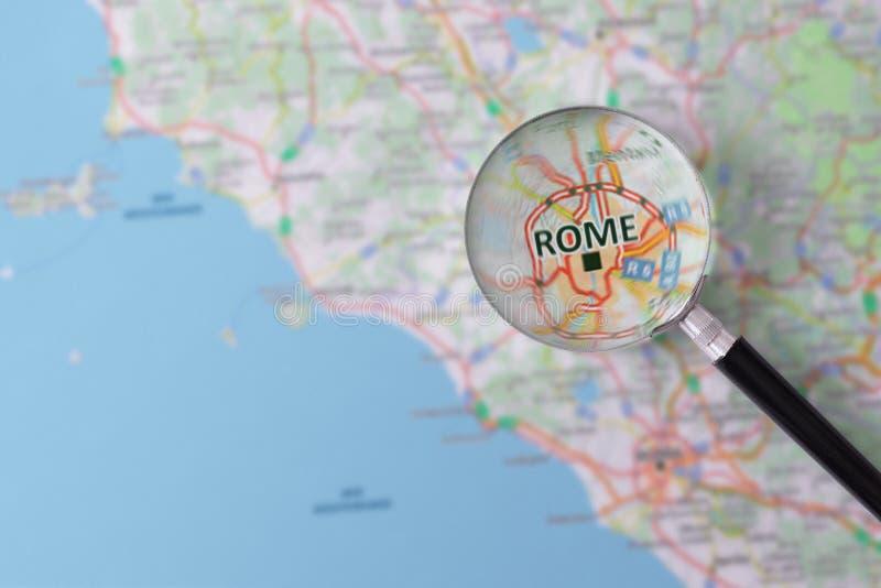 Konsultation med förstoringsglasöversikten av Rome arkivfoton