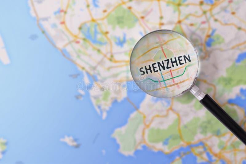 Konsultation med förstoringsglasöversikten av Shenzhen arkivbild