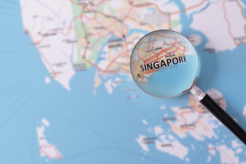 Konsultation med förstoringsglasöversikten av Singapore royaltyfria bilder