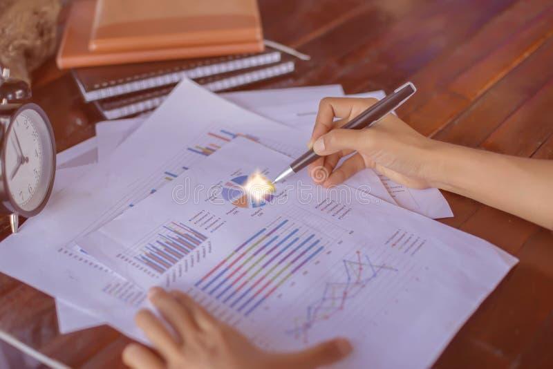 Konsultera ett möte, arbete, studieaffär i aktiemarknaden royaltyfri fotografi