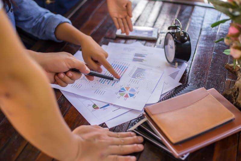 Konsultera ett möte, arbete, studieaffär i aktiemarknaden royaltyfria bilder