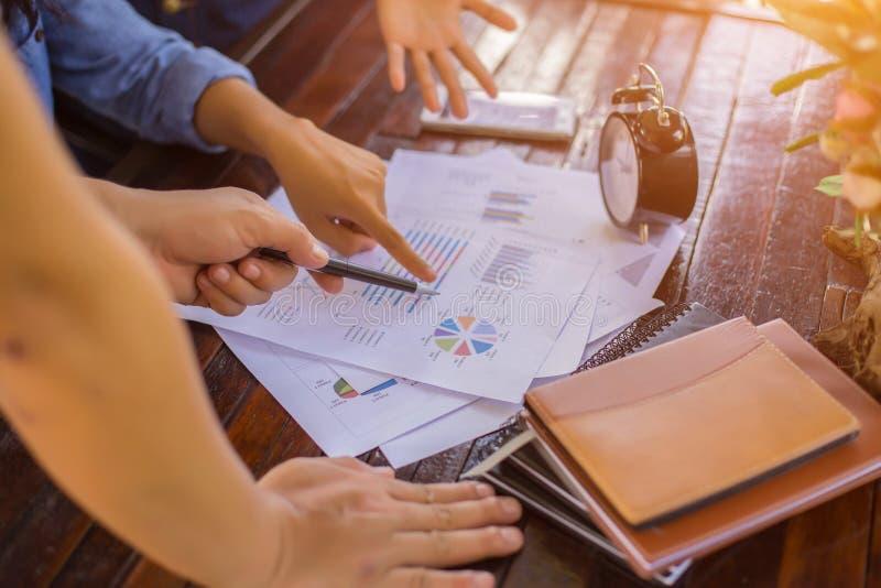 Konsultera ett möte, arbete, studieaffär i aktiemarknaden arkivfoton