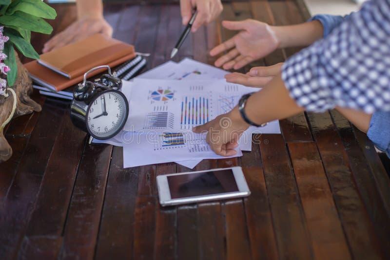 Konsultera ett möte, arbete, studieaffär i aktiemarknaden arkivbilder