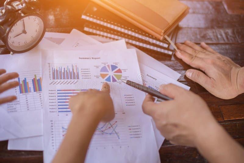 Konsultera ett möte, arbete, studieaffär i aktiemarknaden fotografering för bildbyråer